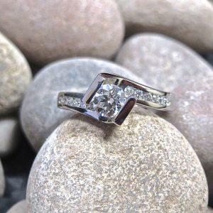 crossover-twist-round-brilliant-cut-diamond